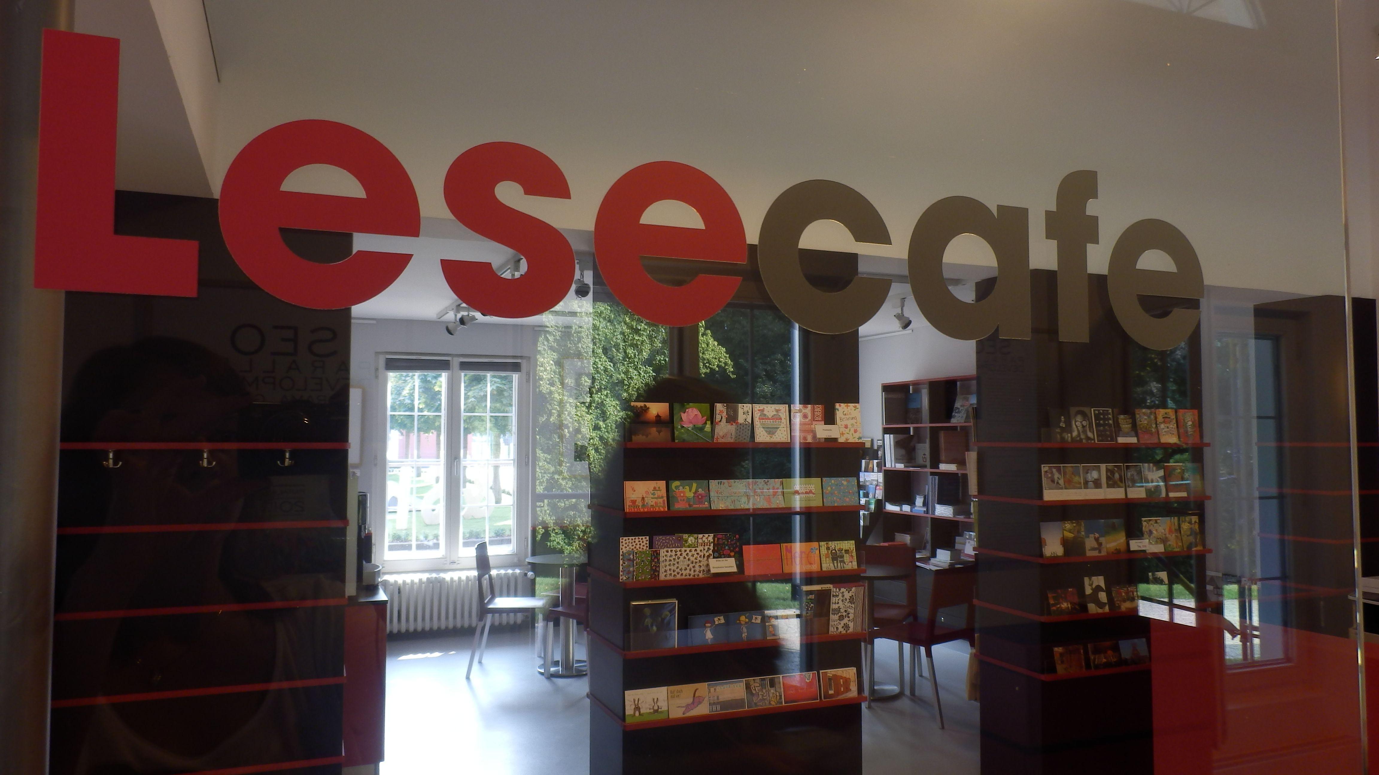 Unser Lese Café lädt bei einem leckeren Latte Macciato zum schmökern ein ...  Foto: LUDWIGGALERIE