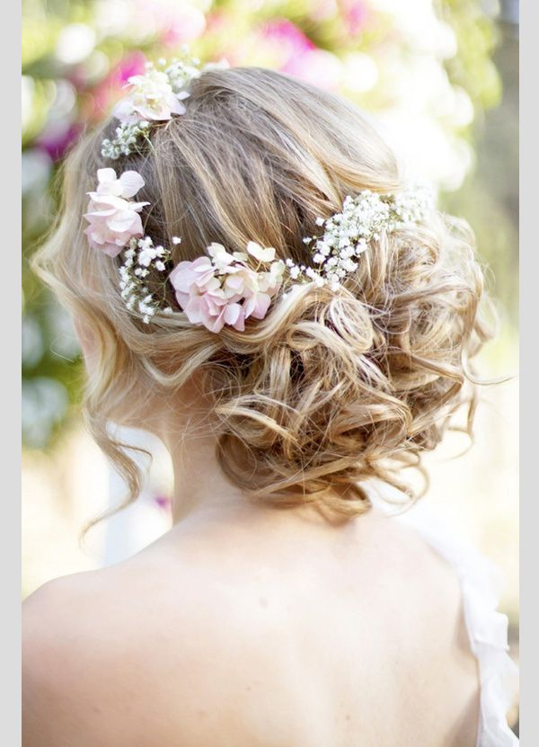 Fresh flowers are the perfect accessory for this boho hairstyle. Peinados  para novias boho con flores naturales. c926fa5f85c8