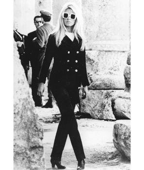 Great sunglasses with a classic suit. Brigitte Bardot has fabulous style.