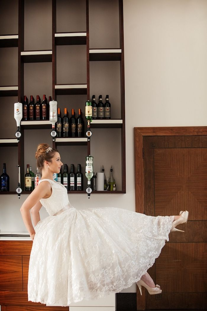Brautkleid mit Spitzenelementen, locker fallend, High Heels in Beige ...