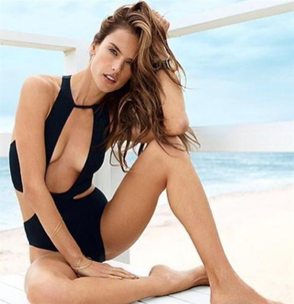 Muy sexy #AlessandraAmbrosio en este vestido de baño #negro.  http://on-msn.com/1oZp7Bn