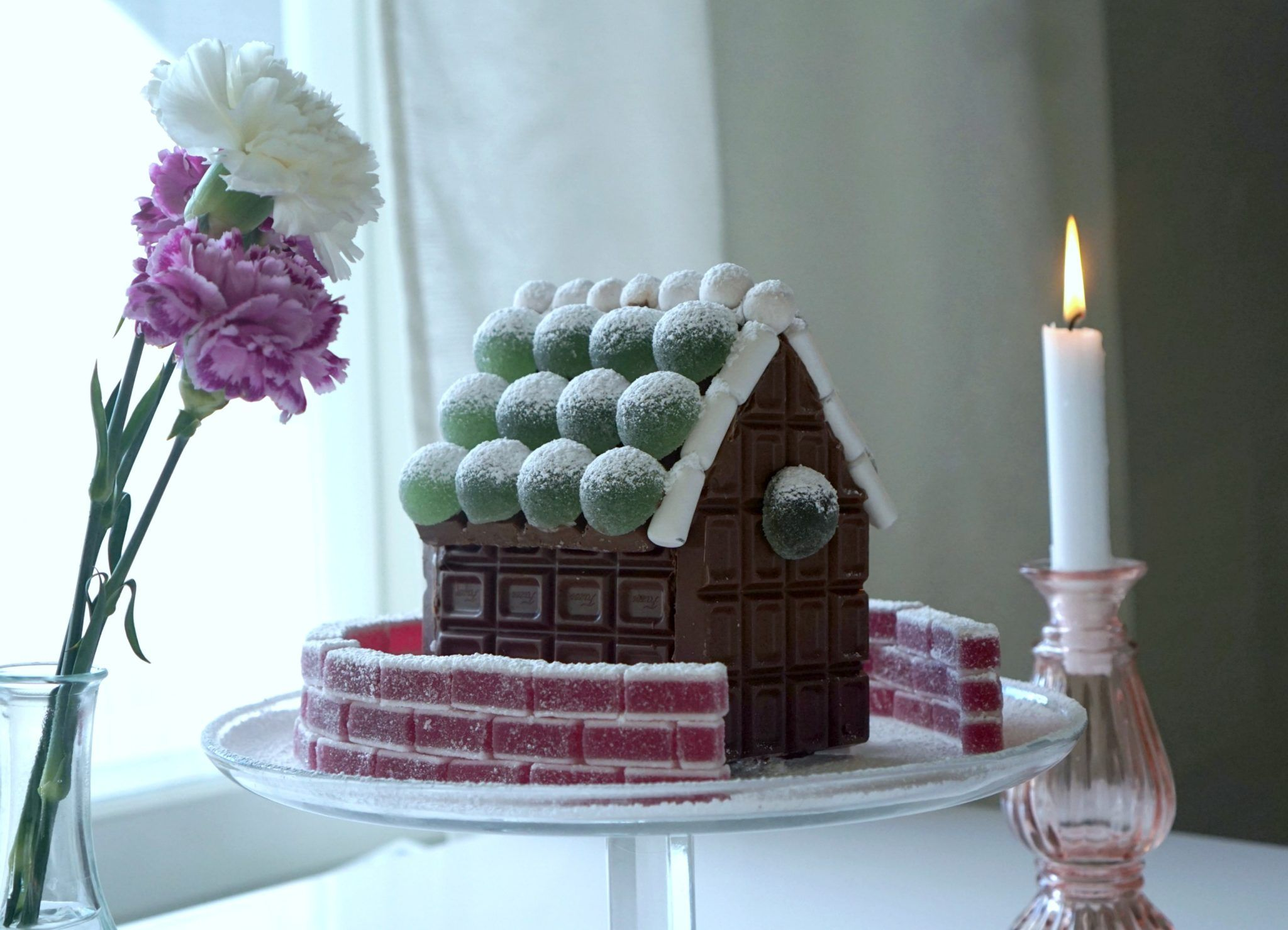 Jouluhuumassa ajattelin jo piparkakkutaloja pöytäkoristeeksi, mutta päädyinkin googlen kautta ihastumaan Fazerin suklaataloihin. Näissä oli käytetty tämän joulun hittikarkkia eli vihreitä kuulia, joita näkeekin nyt paljon erilaisissa leivonnaisissa. Tomusokeri on aina kaunis lisä talvisiin leipomuksiin ja...