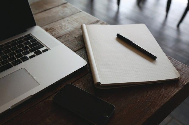 Bloc de notas en el escritorio de madera foto gratis for Estudiar diseno de interiores online gratis