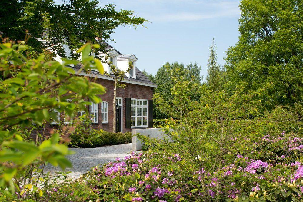 Siebers tuinprojecten boerderijtuin doorkijk rhododendrons g