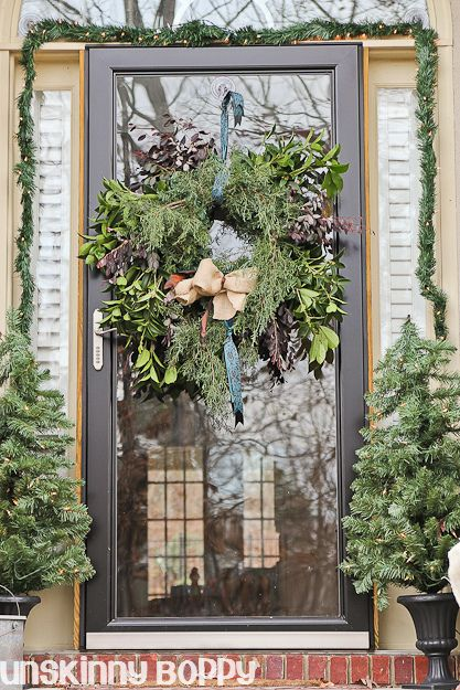 Natural christmas door decor holiday christmas home interior design decor for Decor ingang