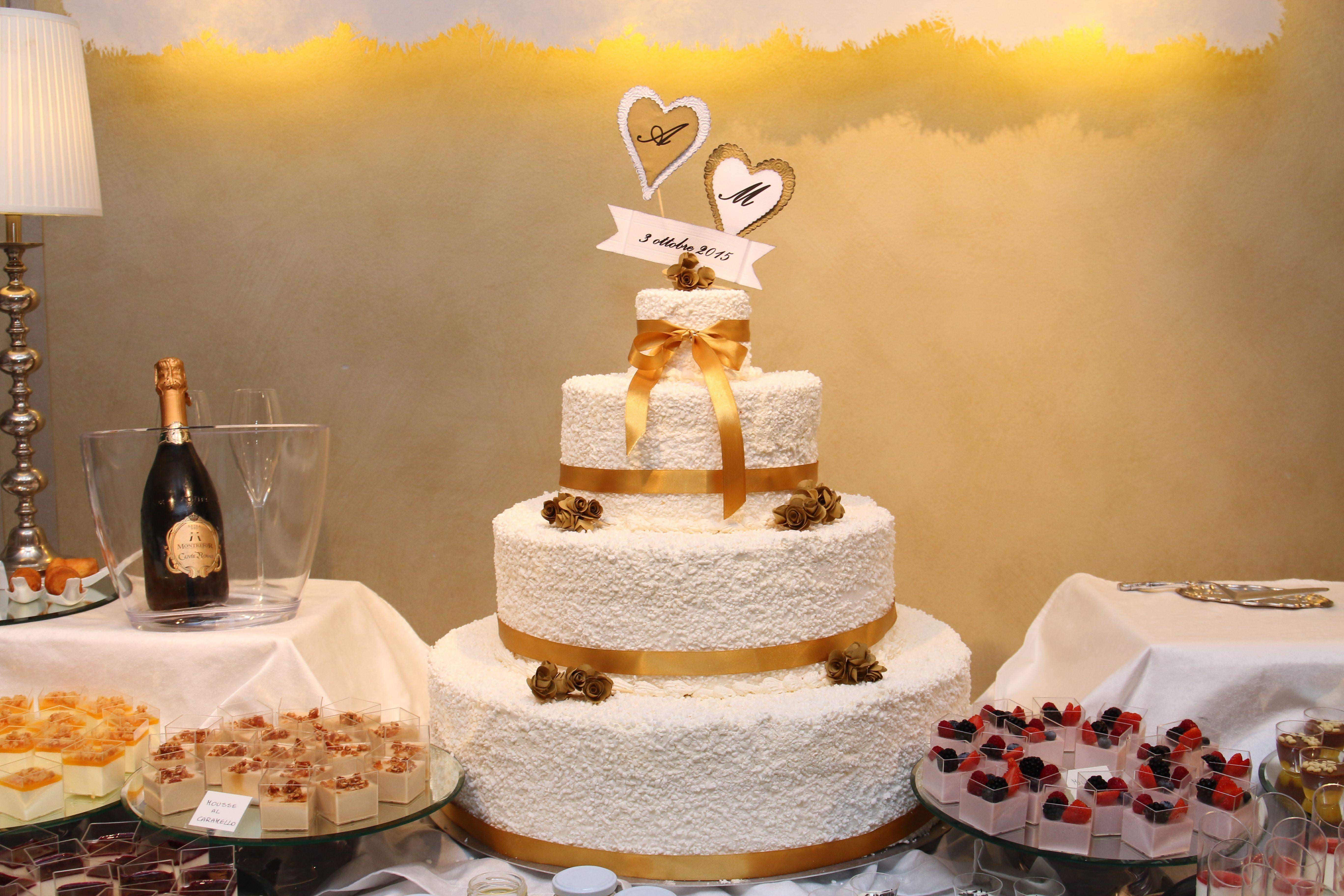 decorazioni di carta su torta nuziale