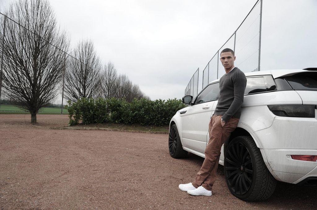Фото реальные парень возле машины