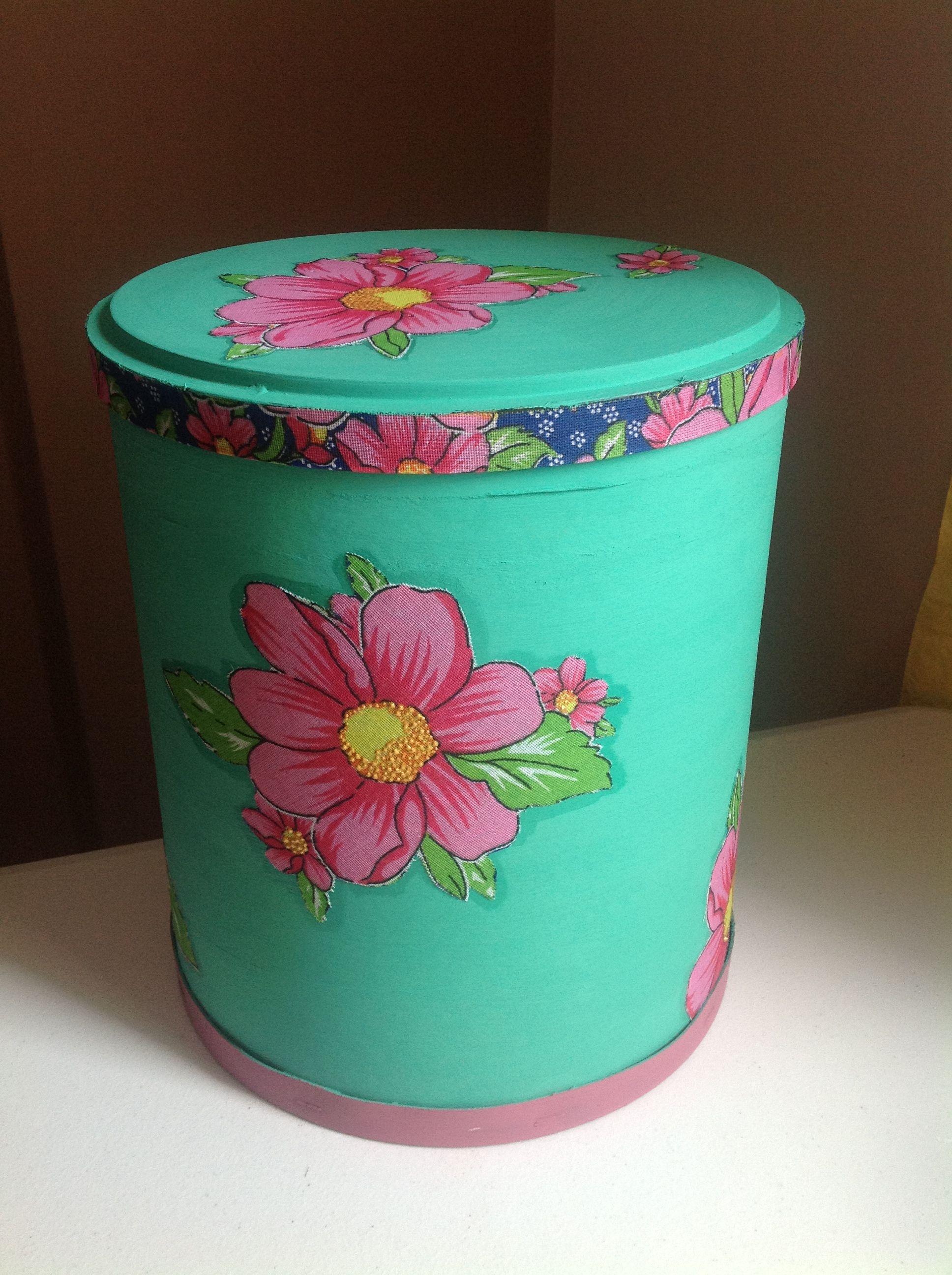 Barrica pintada na cor verde seco e detalhes florais em tecido.