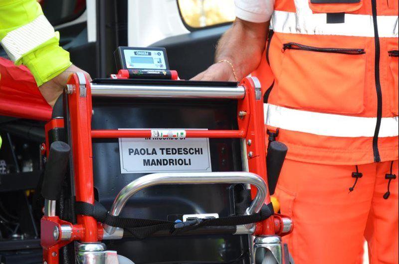 Dedica anche sulla sedia motorizzata per il trasporto su ...