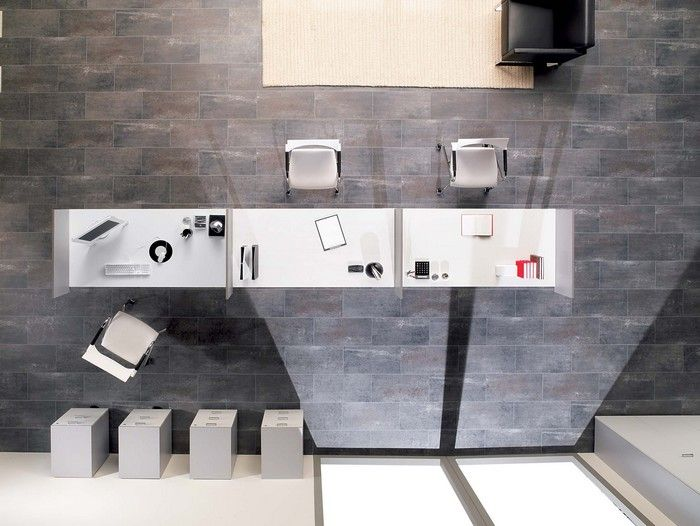Un long bureau blanc avec séparations vu de haut black white