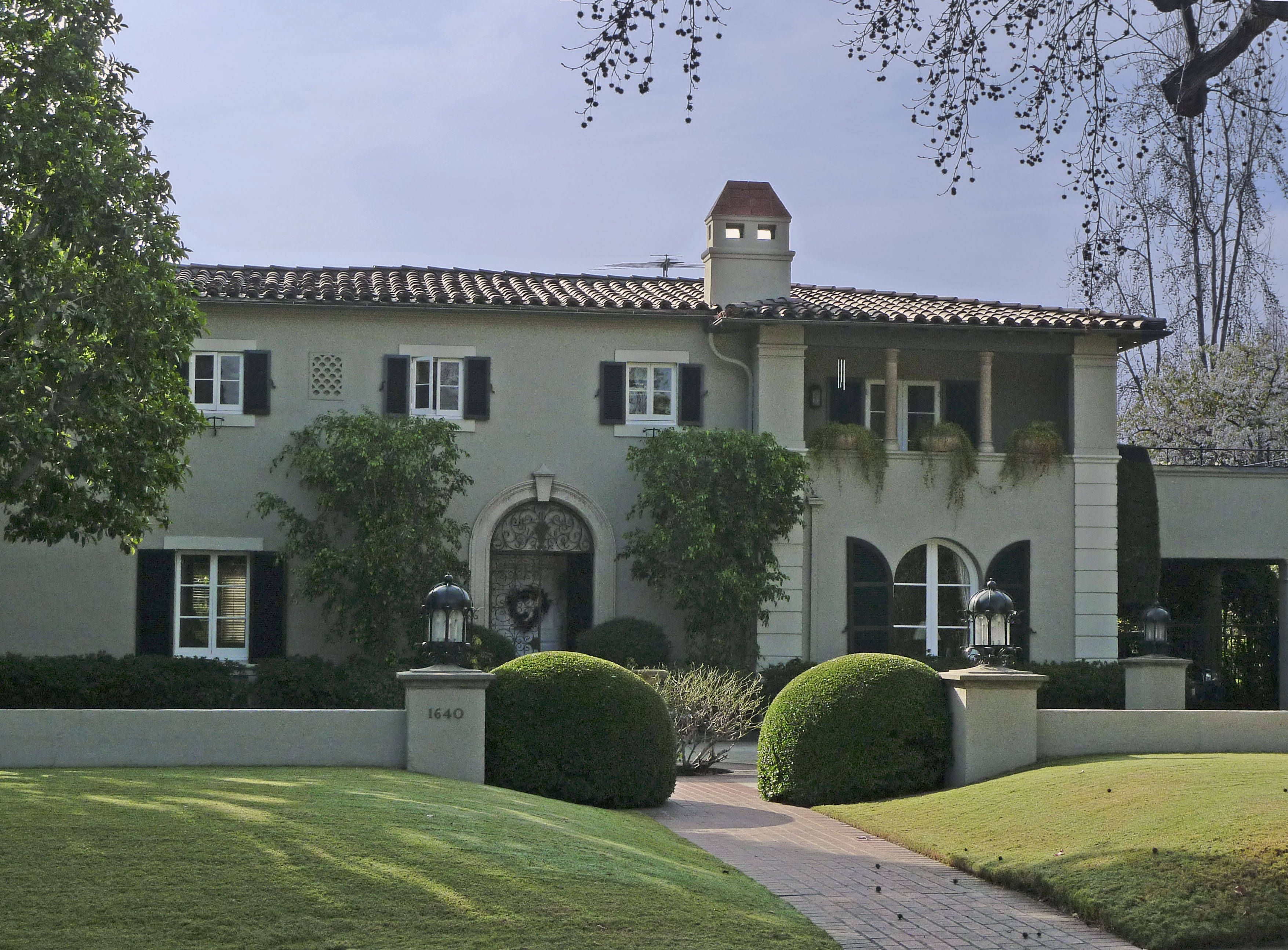 Where To Find Famous Tv And Movie Houses In Los Angeles Walker House Tv Show House Famous Houses