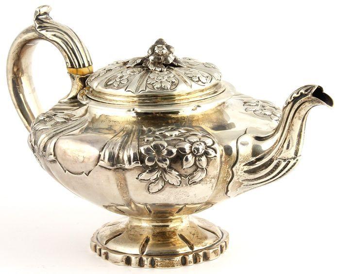 Online veilinghuis Catawiki: Zilveren theepot met floraal reliëfdecor, Edward Barton, Londen, 1834