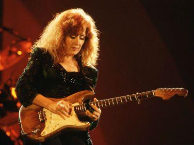 10 amazing female guitarists in 2019 miscellaneous female guitarist bonnie raitt guitar. Black Bedroom Furniture Sets. Home Design Ideas