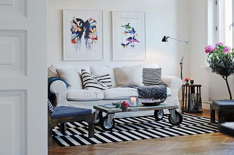table basse palette bois à roulettes, tapis rayé noir et blanc