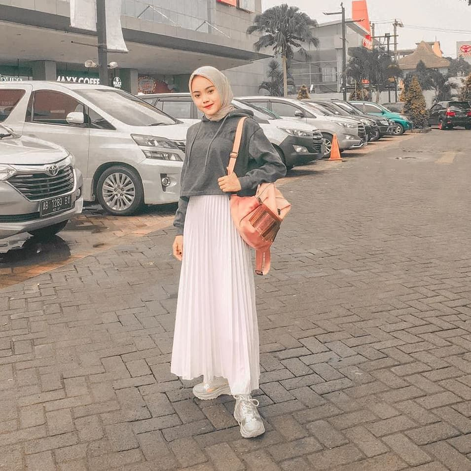 """HIJABOOTD • HIJABFASHION on Instagram: """"On the way dulu lah yaa😎☺ . Your awesome hijab OOTD is a captivating idea for us.. Thank you for sharing.. 🤗 . Adorable #dailyhijabootd…"""""""