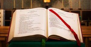 Santa Biblia Abierta En El Pulpito De Santa Misa 0raciones Preciosas