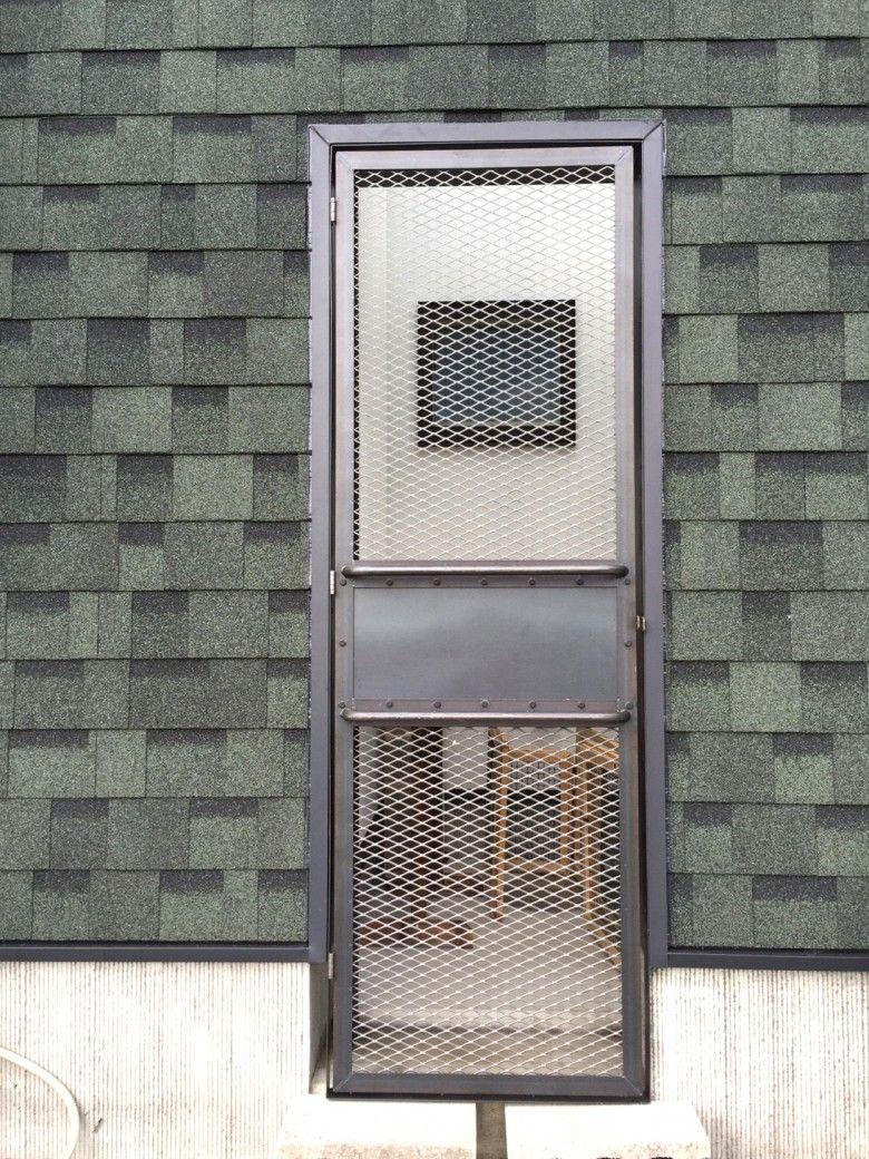 インダストリアルな雰囲気のアイアンメッシュドア ドア 物置き 家