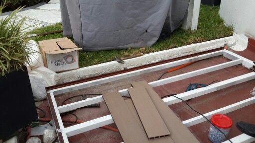 Fijando un deck sobre bastidor de PTR con ángulos BR en las orillas para estéticamente cubrir los costados del WPC y mecánicamente sirviendo de clips de inicio.