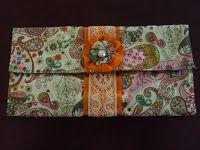 MATERIAL:   2 cortes de tecido de algodão 28 x 21 cm ( parte interna e externa da carteira);  3 tiras de tecido de 6 x 21 cm ...