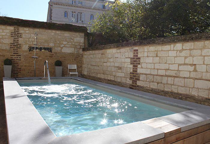 Int gration harmonieuse pour ce bassin nich entre deux for Liner piscine sur mesure avec escalier