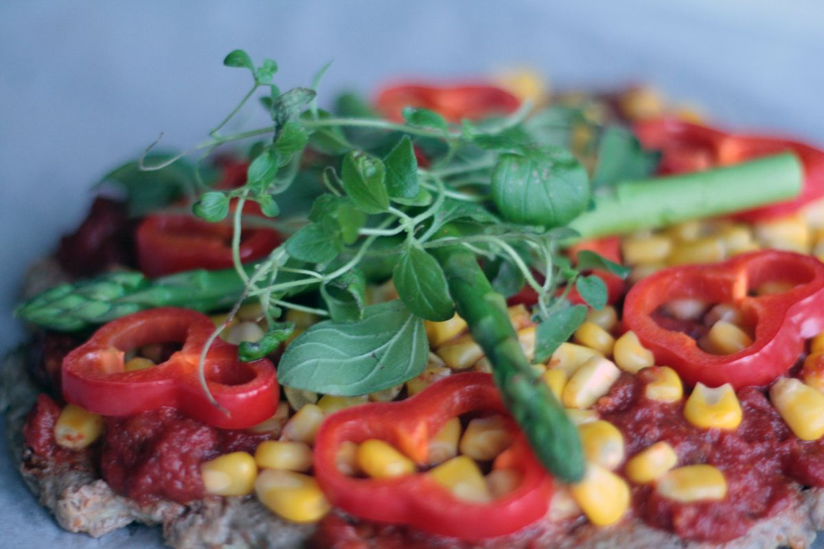 Titlen kan på mange måder virke modstridende, men det er altså ikke fordi jeg har valgt at pille kødet ud af en meatza! Jeg har da bare proppet en masse grøntsager i den :) 450 g hakket oksekød (2-7% fedt) halvdelen af et stort blomkål (ca. 375 g) 2 gulerødder (150 g) 2 æg (str. L) lidt salt evt. 1 spsk oregano // MyRecipe rootza pizza lågkalori