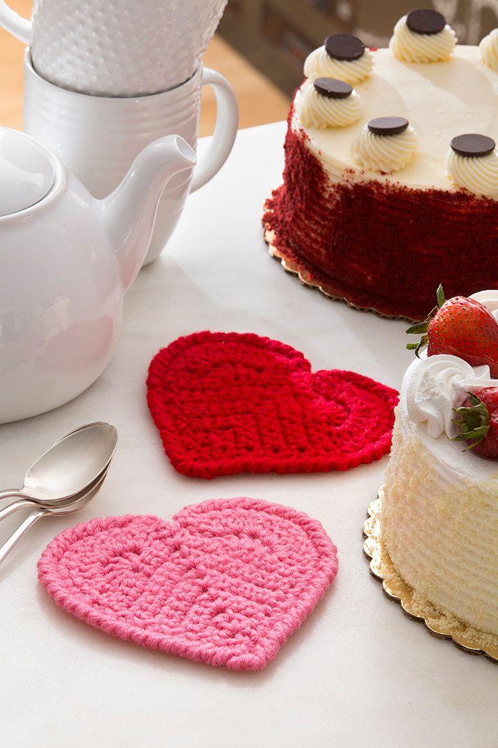 Corazón de San Valentín (porta vasos) Instrucción a Gancho Añade un poco de romance a cualquier arreglo de mesa con estos porta vasos de corazón fáciles de tejer a gancho. Los mostramos en rosa y rojo. ¡Los tuyos pueden ser en cualquier color que...