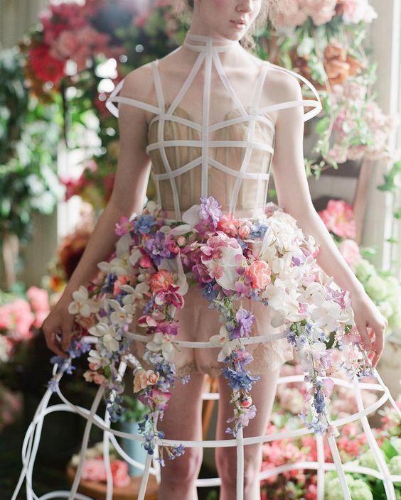 Kiana Underwood, consideratauno dei migliori designer floreali in tutto il mondo, èconosciuta per le sueparticolari ed eleganti composizioni florealiche, tra combinazioni uniche di colori e varietà, sembrano sfidare la gravità e stordiscono per la bellezza. Kiana ha saputo trasformare la su