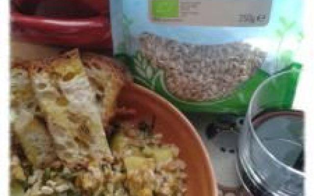 Zuppa contadina: farro e cicoria Una zuppa semplice, buona e genuina che ricorda i piatti contadini. Il farro è ricosperto per le proprietà nutritive e si sposa bene con la cicoria che dona un retrogusto amarognolo gradevolissimo. U #zuppadifarro #zuppacontadina