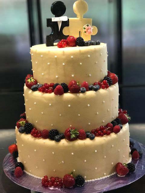 Hochzeitstorte Mit Beeren Und Puzzle Topper Bunte Sommerblumen