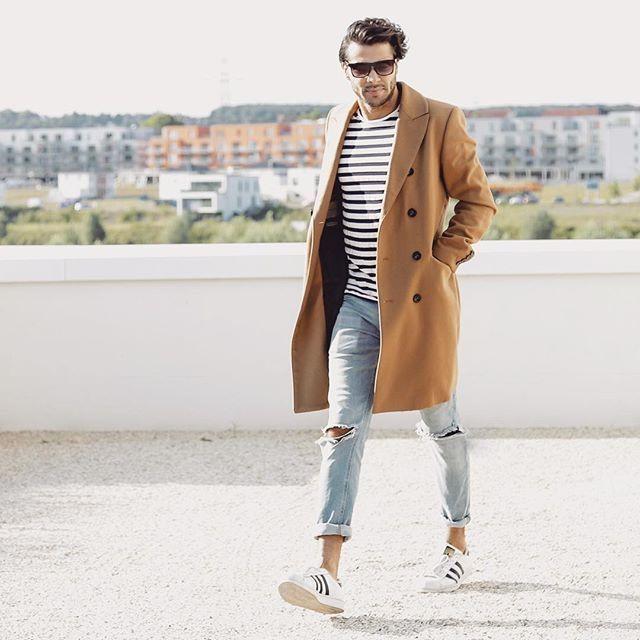 et camel porté jeans Grande une manteau marinière avec un clair 5aAYFBxqw