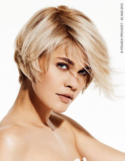 Christina Blonde Mysterieuse Une Coupe Courte Degradee En
