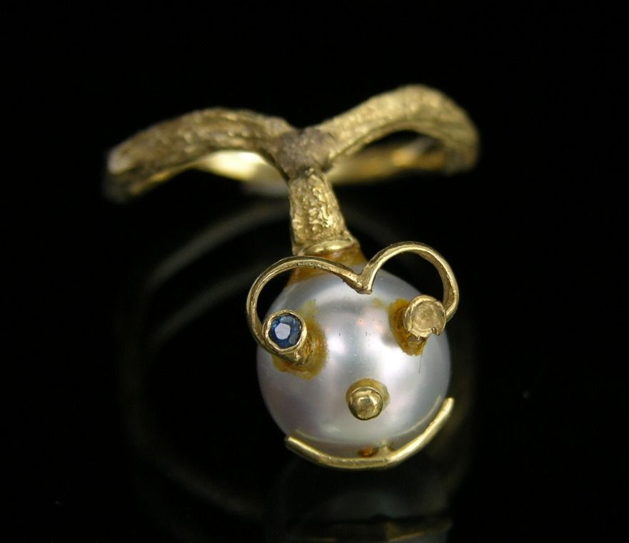 An Amusing Pearl Face Ring in 18k Yellow Gold