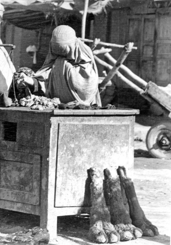 Marktszene in Herat: Kamelfüße für den Eintopf, 1966