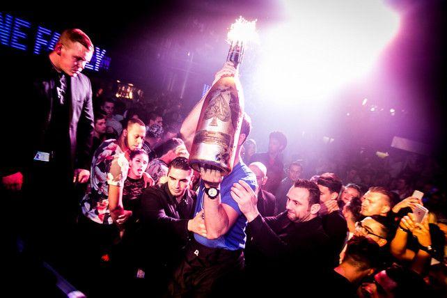 Grote klasse: kapitein Kums koopt zélf champagnefles voor goede doel | Eerste Klasse | De Morgen