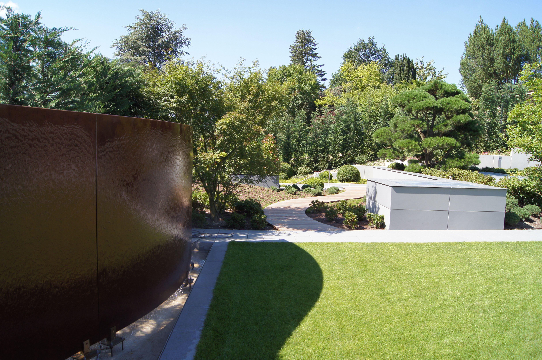 Simple moderner Wohngarten mit Wasserwand aus Cortenstahl