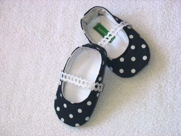 Sapato Marinho de Bolas brancas com detalhes.  Tamanhos:  P de 3 a 6 meses  M de 6 a 9 meses  G de 9 a 12 meses R$ 50,00