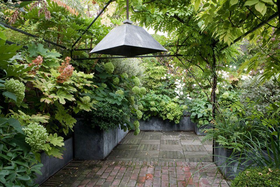 Terrasse luxuriante dans le 16 me balcon jardin suspendu pinterest terrasses chirac et - Comment disposer des pots sur une terrasse ...