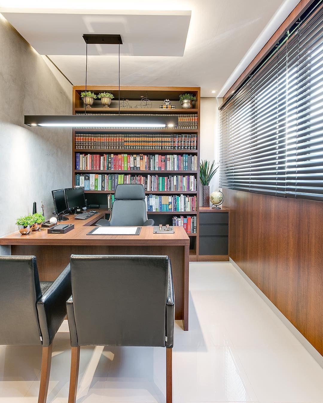 2ead6537a sala do advogado seguindo as mesmas cores da sala de reunião e do advogado  associado, o destaque dessa sala é a grande prateleira de…