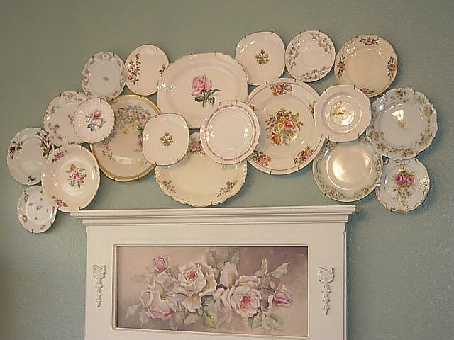 Decorar com pratos de porcelana.