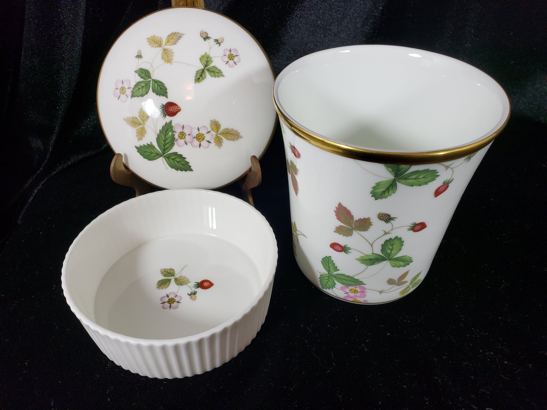 Mint Wedgwood Wild Strawberry Set Round Box Medium Cache Flower Toothbrush Pot With Original Box England Wild Strawberries Wedgwood Mint