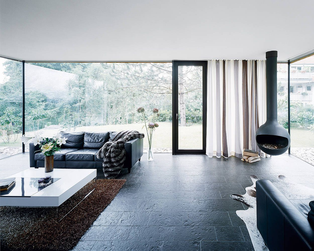 wohnzimmer und kaminzimmer mit umlaufender glasfront fenster t ren pinterest glasfront. Black Bedroom Furniture Sets. Home Design Ideas