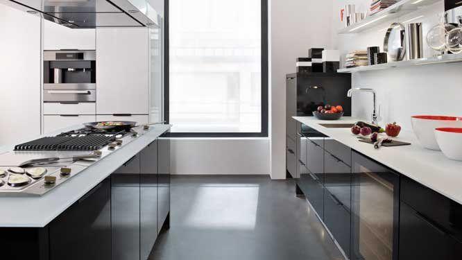 Un plan de travail en contraste avec les meubles de la - Cuisine grise plan de travail blanc ...