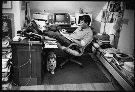 El escritor Stephen King y su perro Corgi Marlowe