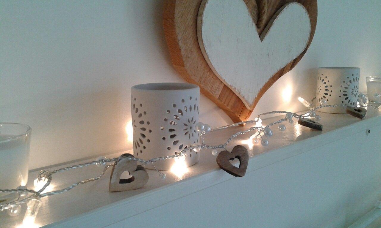 Filo di luci ikea a cui ho aggiunto dei cuori di legno e delle perle