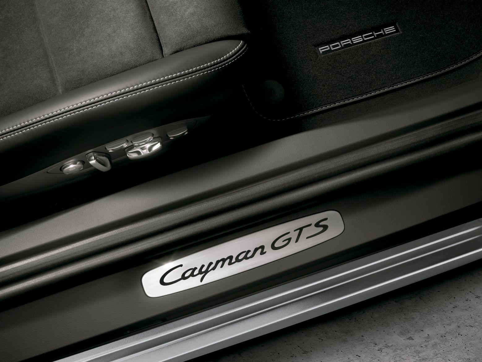 El anagrama «Cayman GTS» en las molduras de acceso de las puertas no es más que el principio. El interior integra perfectamente al conductor en el vehículo. La consola central ascendente mantiene corta la distancia entre el volante SportDesign de serie y la palanca de cambio o selectora: algo típico en el automovilismo deportivo.