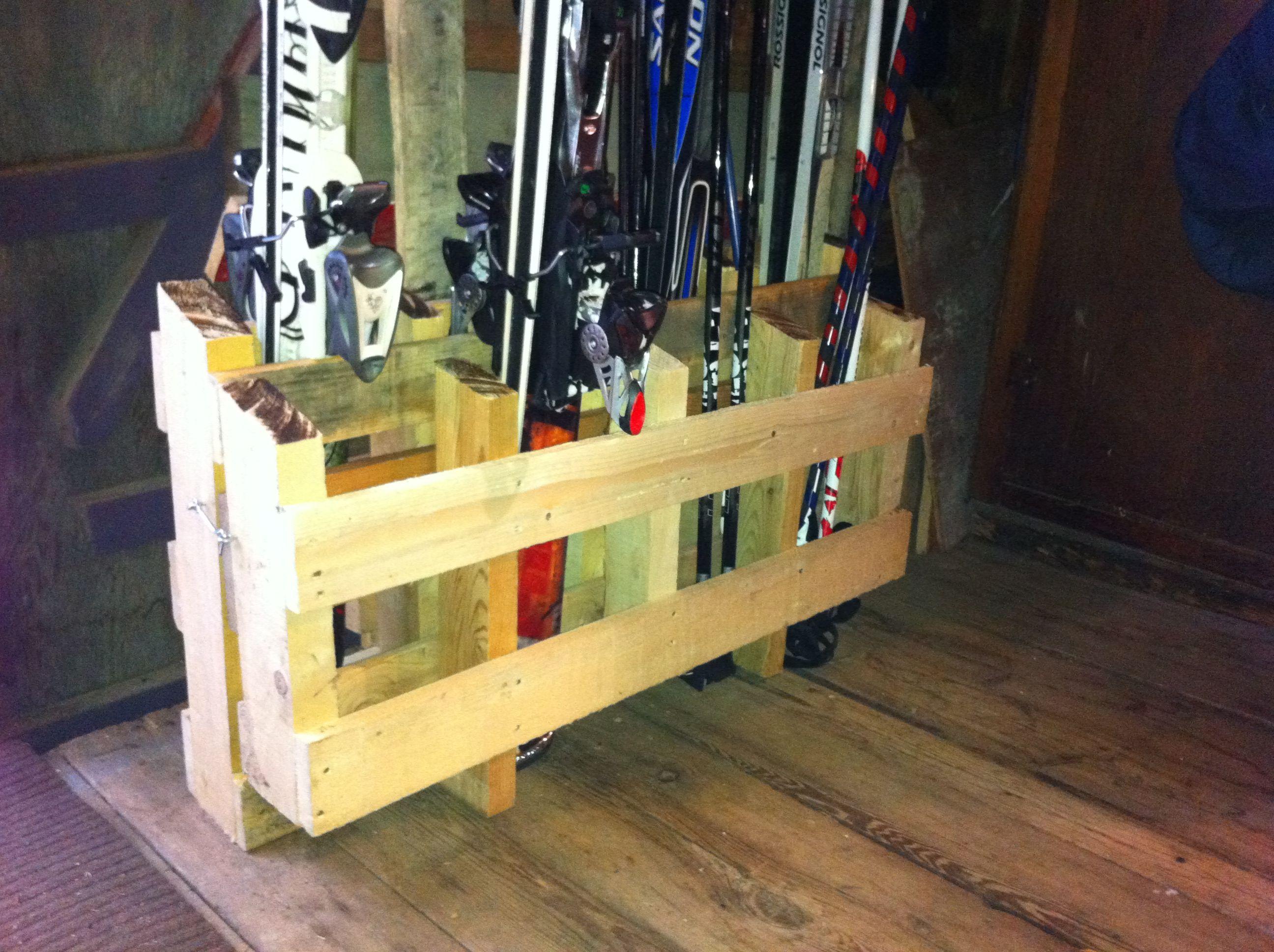 Palette Transforme En Support A Skis Pour Le Garage Avec Pentures Et Crochet Deco Montagne Palette Ski