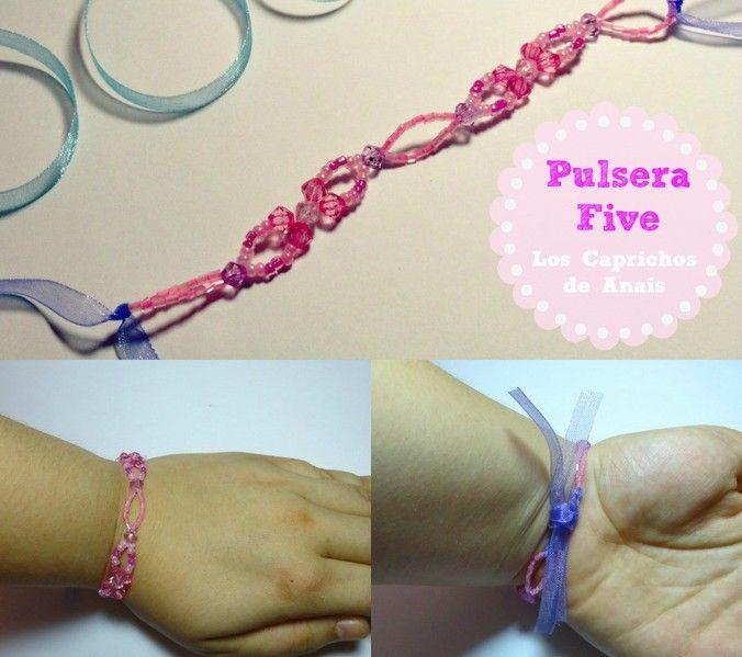 Pulsera hecha a mano con tupis y cristal japonés unidos con hilo de nylon, con terminación en organza de color similar.