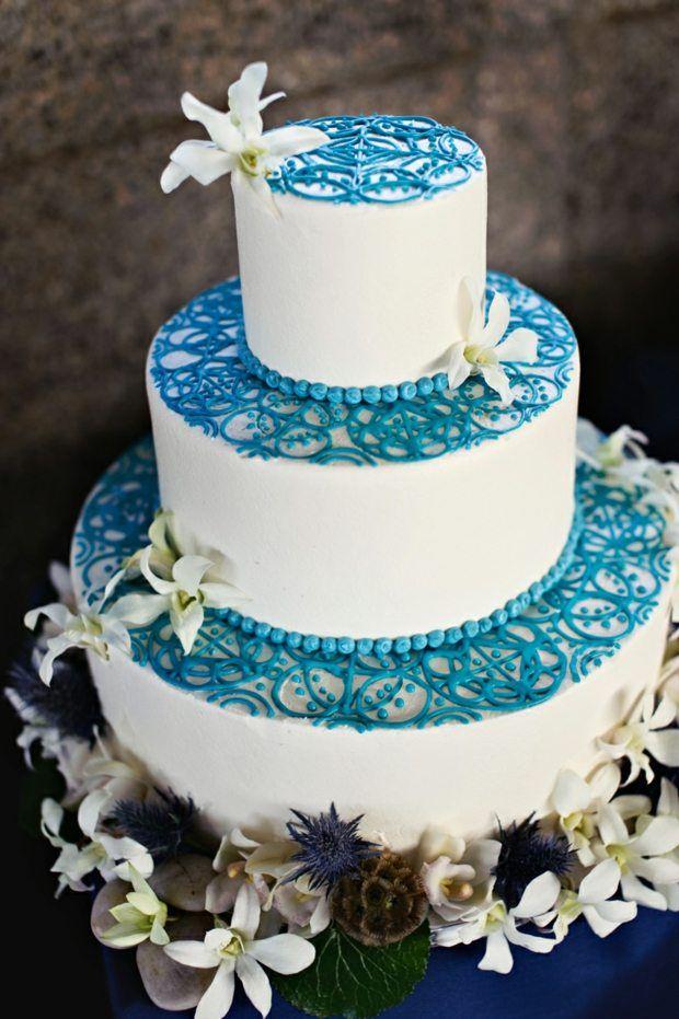 torte mit blaue deko und wei en blumen verziert hochzeit pinterest verzieren blau und torten. Black Bedroom Furniture Sets. Home Design Ideas