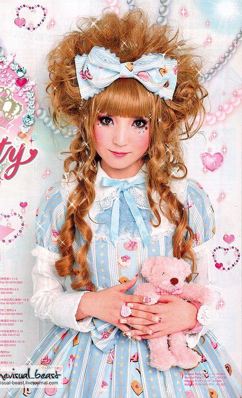 Sweet Lolita. Love the hair