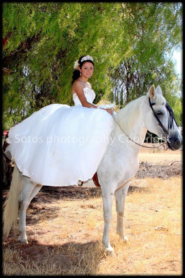 Quinceanera Con Caballo En Vestido Blanco Fotografia Por